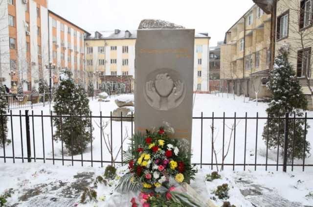 Глава Дагестана открыл в Махачкале памятник медицинским работникам