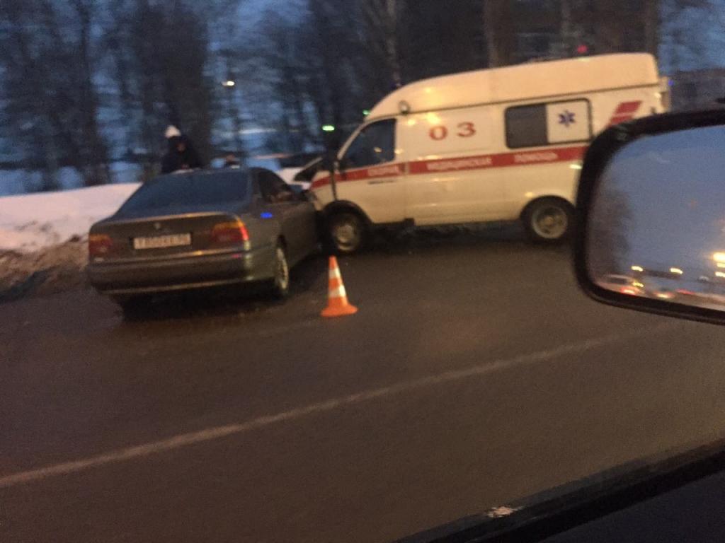 В Ярославле автомобиль «БМВ» протаранил скорую помощь