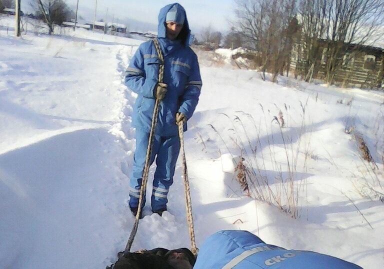 """Республика Коми: медики """"скорой"""" тянут пациента по снегу на своих плечах"""