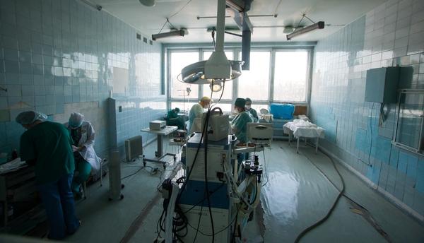 Во время операции с потолка упал плафон: как приходится работать хирургам в Центральной городской больнице Калининграда
