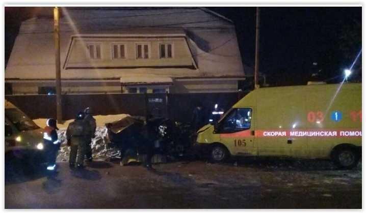 На улице Боевая парень на «Ладе» выехал на «встречку» и врезался в «скорую»: погиб человек