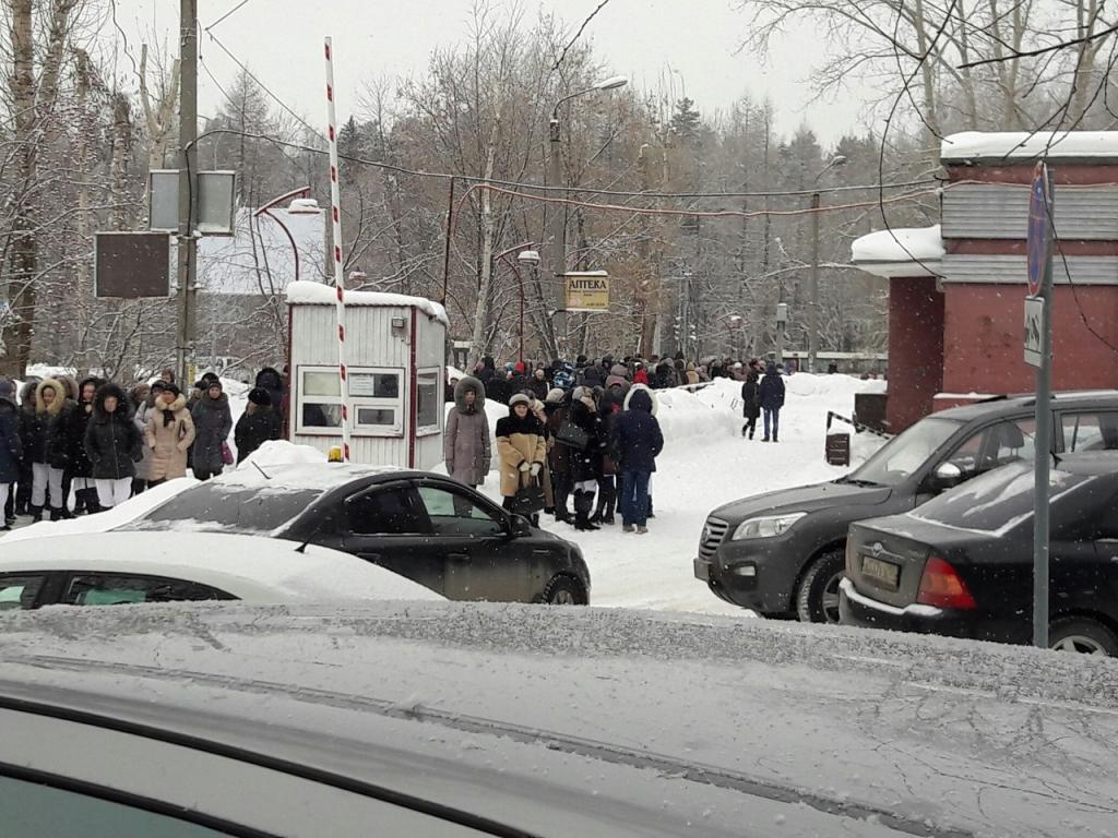 Сообщение о подозрительной коробке в здании поликлиники на улице Братьев Игнатовых поступило в экстренные службы днем 1 февраля. Инцидент произошел около полудня. Персонал поликлиники №2 обнаружил в здании подозрительную коробку. Специалисты медучреждения вызвали на место сотрудников полиции и другие экстренные службы. На время из здания пришлось эвакуироваться пациентам и врачам.