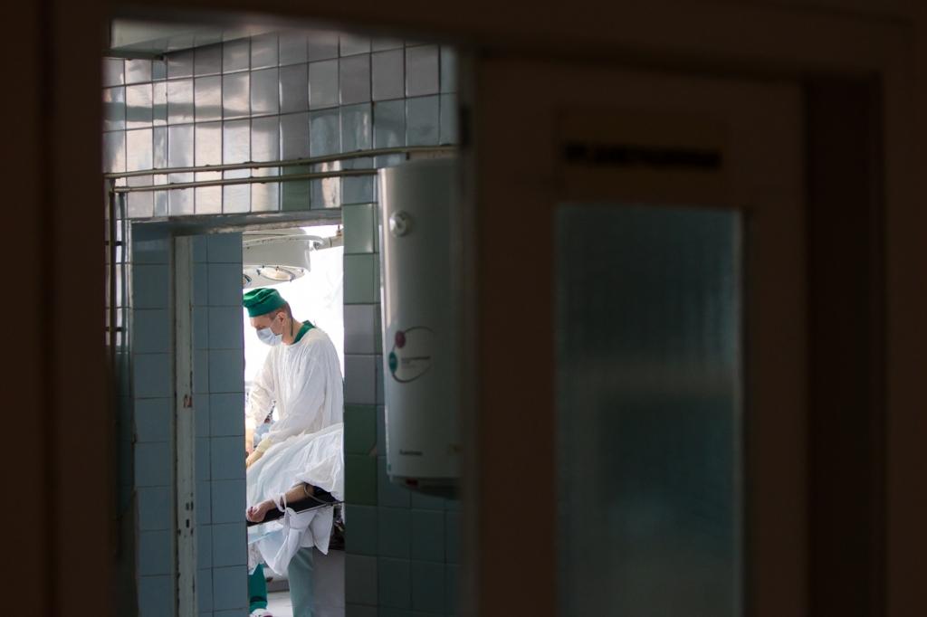 Центральную городскую клиническую больницу построили 35 лет назад. Ровно столько лет не видел капитального ремонта операционный блок медучреждения. Получить средства медики пытаются более 10 лет. За эти годы санэпидстанция, а потом и Роспотребнадзор выдали три предписания о закрытии операционного блока ЦГКБ из-за его состояния. Но закрыть оперблок — это значит остановить в городе оказание экстренной хирургической помощи. А пока медикам приходится проводить сложные — а порой уникальные — операции в условиях, приближенных к полевым.
