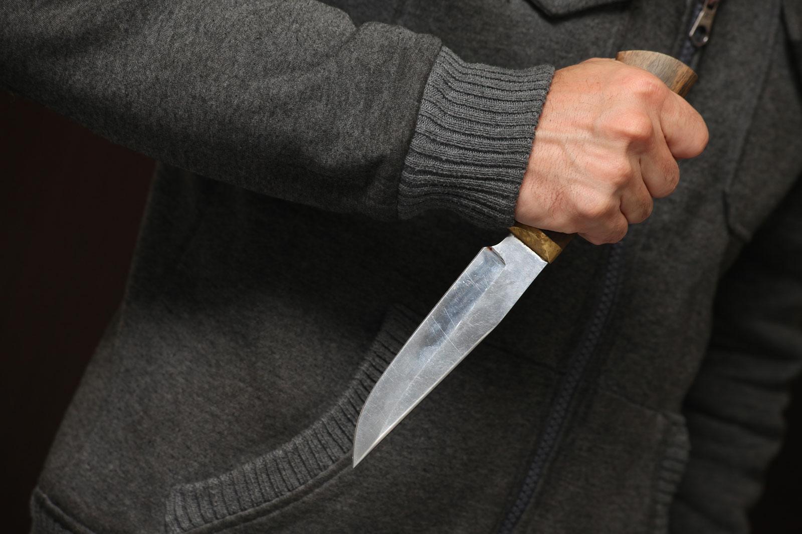 В Орске пьяный мужчина бросился с ножом на медиков