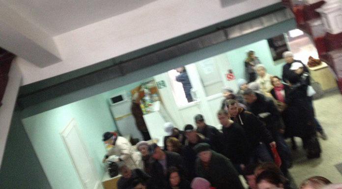 Опубликованы фото очереди «в два этажа» в брянской поликлинике №4
