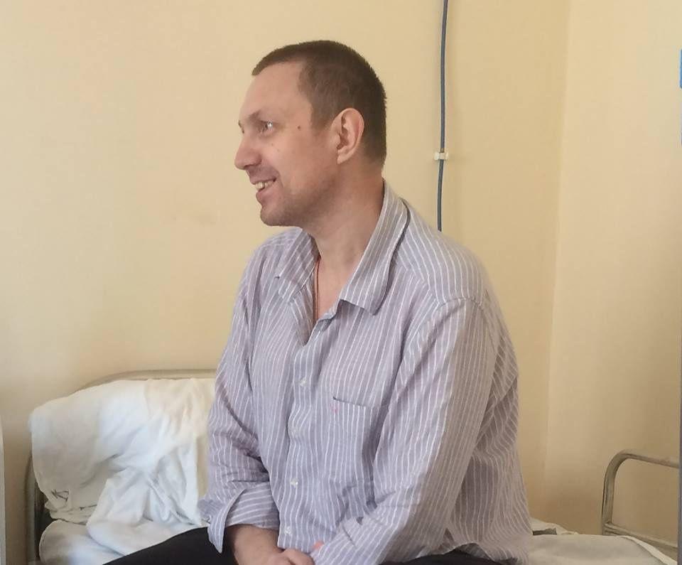 В Красноярске провели уникальную операцию по удалению метестазирующего паразита из печени. Об этом сообщили в пресс-службе краевой клинической больницы. Операция прошла в клинике 13 марта. Пациентом стал 42-летний красноярец Андрей. Мужчина попал в больницу с жалобами на боль в правом боку, на УЗИ нашли камень, для уточнения диагноза отправили на МРТ, оказалось, что печень больного заражена опасным паразитом альвеококком. Паразит не только пророс в печень, но также повредил крупные сосуды и подобрался к поджелудочной железе и желудку.