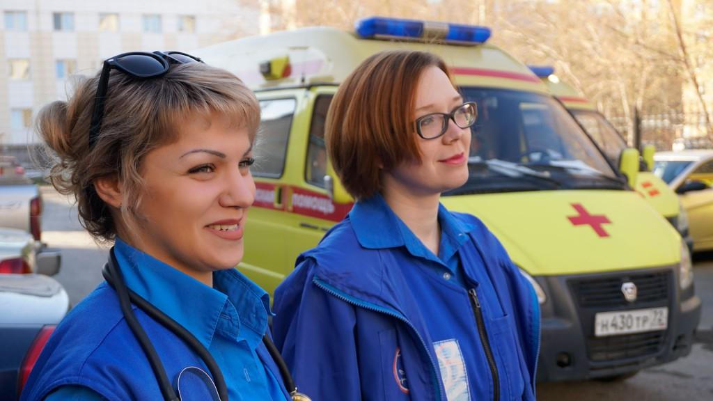 Для врачей и фельдшеров скорой помощи, которых в Тюмени и Тюменском районе около полутысячи, жизнь в городе выглядит по-иному. Это город, в котором постоянно что-то происходит, причем не всегда со счастливым концом. Кого-то реанимируют, кто-то умирает, одно за одним происходят ДТП, весной – пожары, бывают страшные ЧП на производстве, бытовые травмы, пьяные драки с ножевыми ранениями или кому-то очень больно, и он просто боится, что не проснется утром.