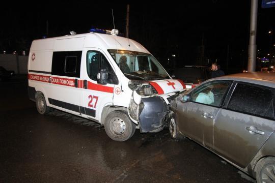 Медработник пострадал при столкновении скорой помощи с Mazda в Иркутске