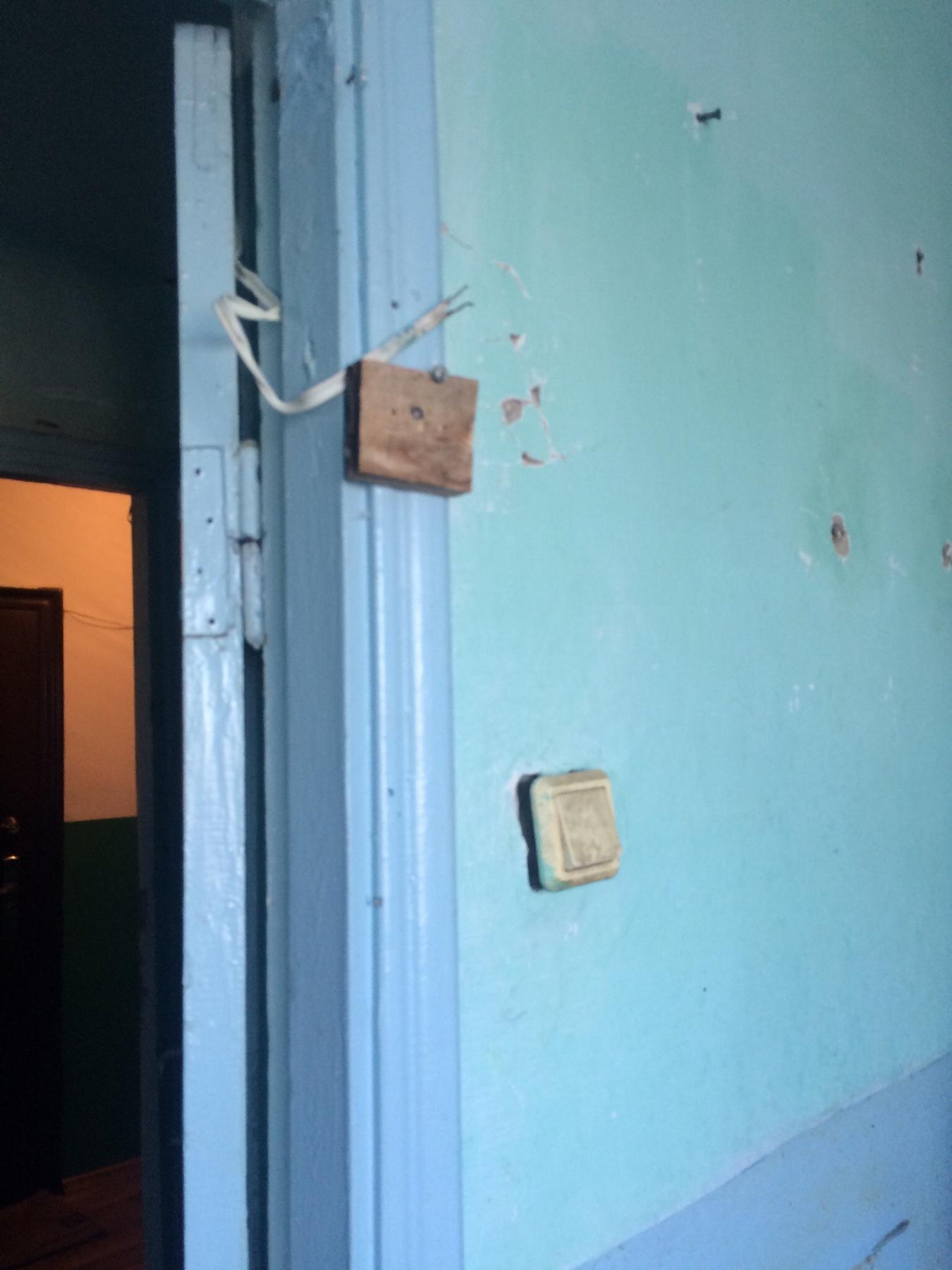 """Тюменка, согласившаяся перебраться в глубинку в рамках программы «Земский доктор», была шокирована состоянием предложенного ей служебного жилья. Разводы на стенах, сломанная сантехника, входная дверь из фанеры, дыры в полу… Молодой врач живёт сейчас в больничном отделении без возможности нормально помыться, а руководство намекает, чтобы """"сваливали"""" из отделения, сообщила medrussia.org молодой врач."""