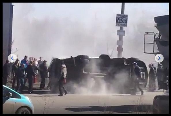 ВЧелябинске пикап протаранил спешившую навызов скорую помощь, сообщили «URA.RU» вгородской ГИБДД. Отудара вборт микроавтобус смедиками опрокинулся. Авария случилась днем вовторник, 11апреля, вКурчатовском районе города, напересечении улиц Автодорожной иМастеровой. Попредварительным данным, в«скорую», которая двигалась под звук сирены исвключенными проблесковыми маячками, врезался УАЗ.