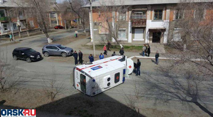 В Орске перевернулся автомобиль скорой помощи