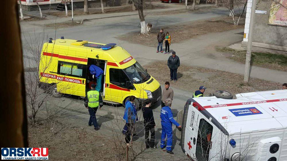На пересечении улиц Суворова и Кутузова произошло серьезное ДТП с участием ВАЗ-2115 и автомобиля скорой помощи, передаёт 22 апреля orsk.ru. Последний от столкновения перевернулся на бок. По нашим данным, один из медицинских работников получил травму руки, остальные отделались ушибами.