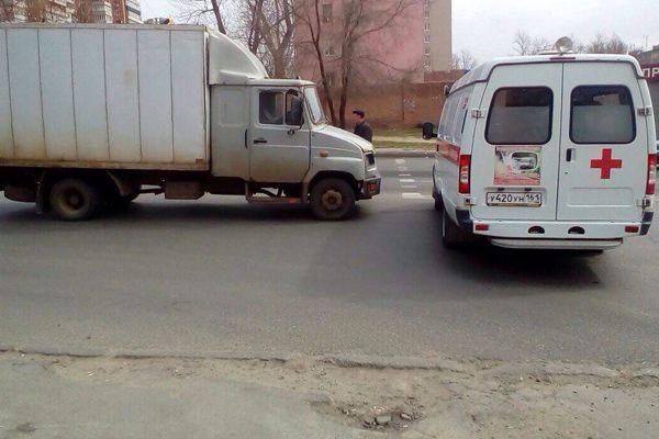В субботу, 1 апреля, в Ростове произошло ДТП с участием скорой помощи. Как сообщил начальник Городского автотранспортного центра здравоохранения Анатолий Филимонов, около 11 утра на пересечении Малиновского и Коммунистического в автомобиль медиков врезался «ЗИЛ», передаёт 1 апреля donnews.ru. Вызов был срочный: бригада медиков везла женщину с подозрением на инсульт, терять время было нельзя, и водитель включил звуковой и световой сигнал. В салоне помимо медиков также находилась сопровождающая пациентку женщина.