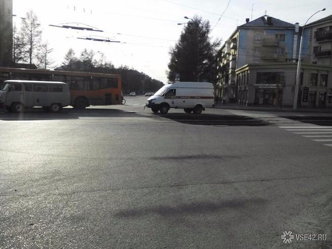 """В Кемерово """"скорая помощь"""" образовала пробку"""