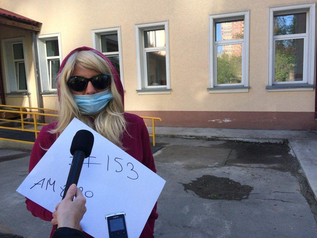 «Молчаливая очередь» выстроилась во дворе новосибирского Центра СПИД утром 16 мая. Семеро пациентов, попытавшихся попасть на прием к инфекционисту, чтобы получить жизненно необходимую АРВ-терапию, продублировали на плакатах свои номера в очереди в регистратуру. Участники акции заявили, что плохой доступ к лечению приведет регион к «безумной эпидемии ВИЧ». Флешмоб, призванный обратить внимание общества и регионального минздрава на проблемы с доступом к лечению ВИЧ-положительных, прошел возле новосибирского Центра СПИД. Утром 16 мая семеро мужчин и женщин выстроились у входа в клинику с плакатами, на которых были написаны их номера в очередь в регистратуру (от 76-го к 155-у). Один из участников флешмоба назвал его «Молчаливая очередь».