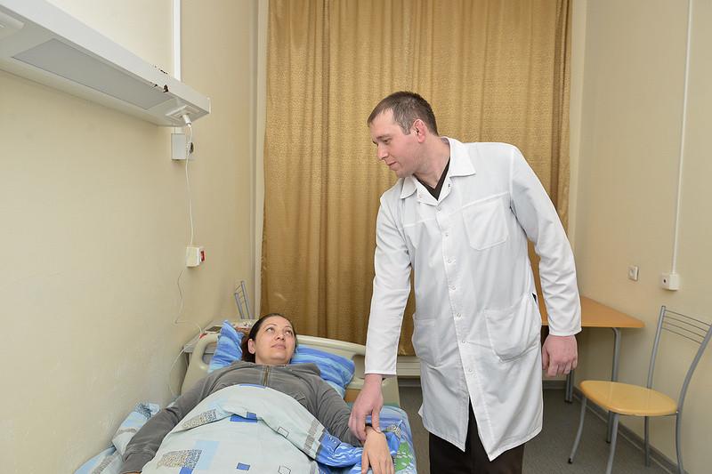 Плохие больницы, грубый персонал и совсем не бесплатные лекарства— молодому рентген-хирургу из Северной Осетии есть что ответить на эти обвинения пациентов. Профессия врача потеряла былой престиж, а состоянию медицины в регионах многие вынесут отрицательный вердикт даже не задумываясь. Как выглядит ситуация изнутри, рассказывает 29-летний Виталий Фриев— сотрудник Северо-Кавказского федерального медцентра Беслана и один из самых молодых и перспективных рентген-хирургов Северной Осетии.