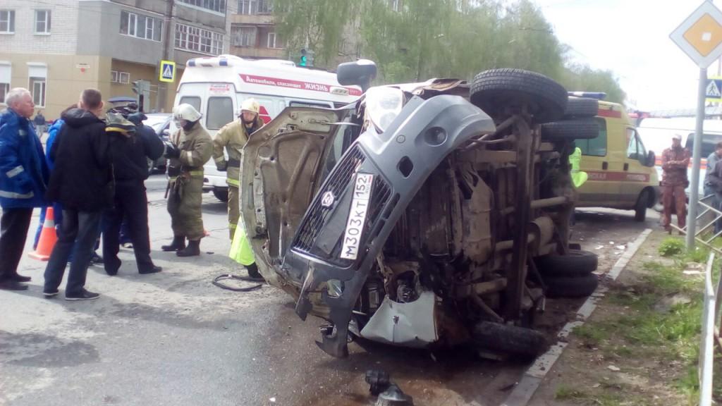 Машина скорой помощи перевернулась после столкновения с легковушкой