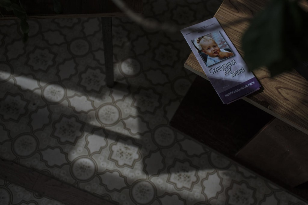 Агитация против абортов на столе в отделении женской консультации в Даниловской ЦРБ, 20 апреля 2017 года Фото: Анна Иванцова