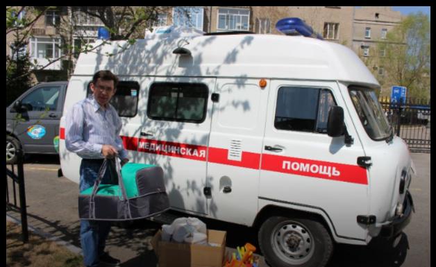 Омичка подарила сельской больнице люльку для перевозки младенцев