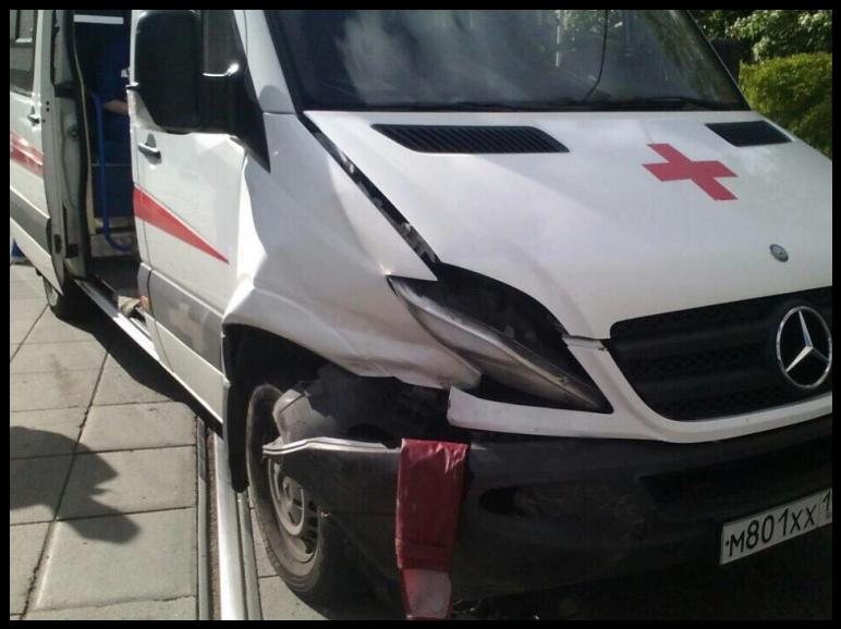 ДТП произошло в Москве напроспекте Мира, удома 184, передаёт 28 мая телеканал «5 родной». Вскорую, которая перевозила больного, въехал «Шевроле». После столкновения запациентом приехала другая-карета скорой помощи.