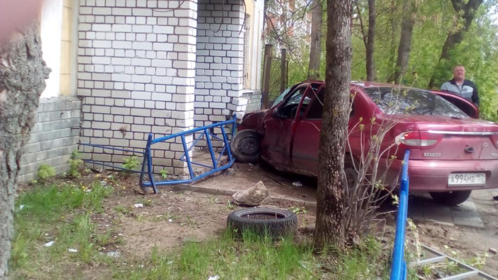 Машина скорой помощи в Джзержинске попала в ДТП. Как стало известно medrussia.org, неотложка ехала на красный сигнал светофора с проблесковыми маячками.