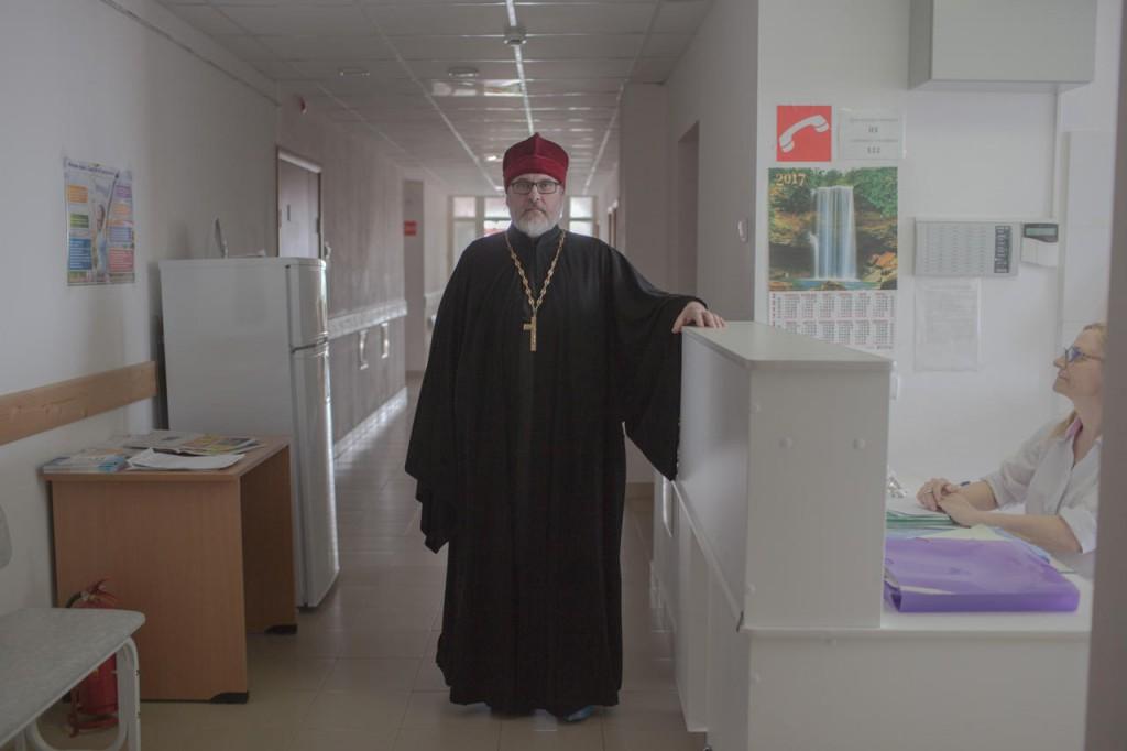 Благочинный Гаврило-Ямского района отец Александр в гинекологическом отделении местной центральной больницы, 21 апреля 2017 года Фото: Анна Иванцова