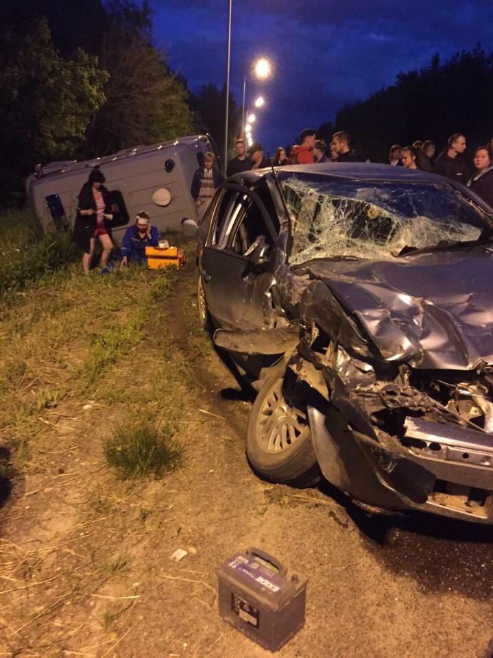 Свидетели происшествия помогали пострадавшим в аварии, передаёт портал PRO город. 27 июня в Медведевском районе произошло страшное ДТП. Об этом рассказал очевидец Никита Фурзиков: