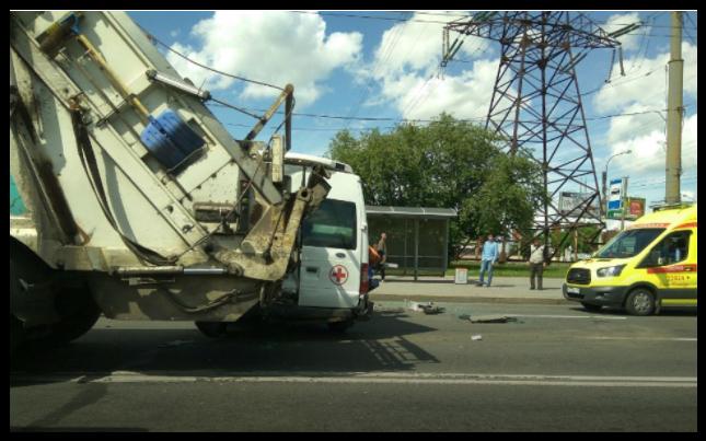 В Санкт-Петербурге столкнулись троллейбус, «скорая» и мусоровоз