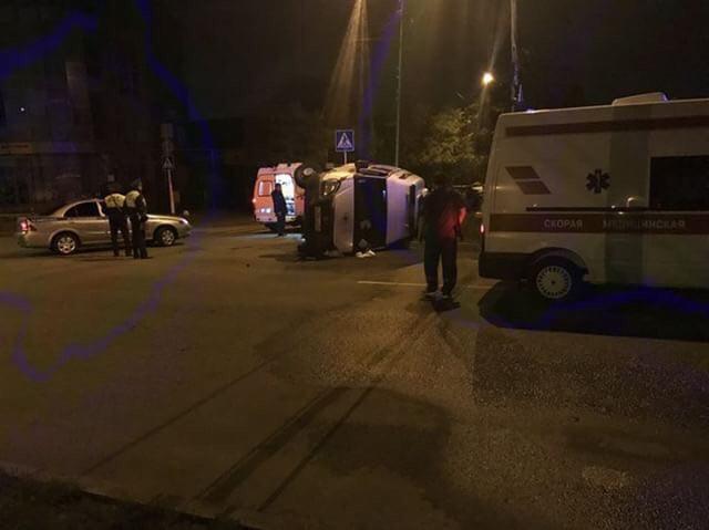 Машина «скорой помощи» перевернулась от столкновения с «Вестой»