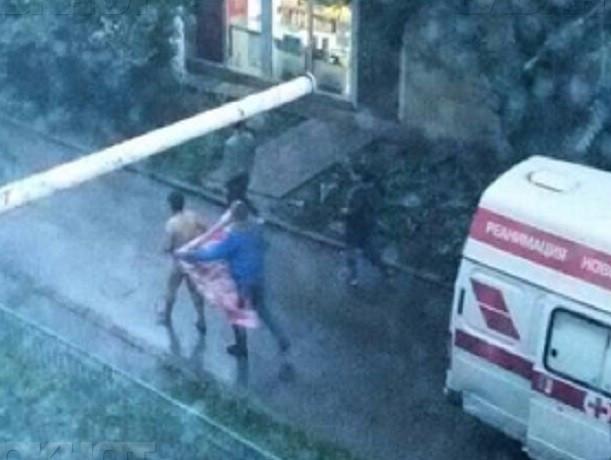 Истекающий кровью голый мужчина убегал по всему двору от фельдшера «скорой помощи»
