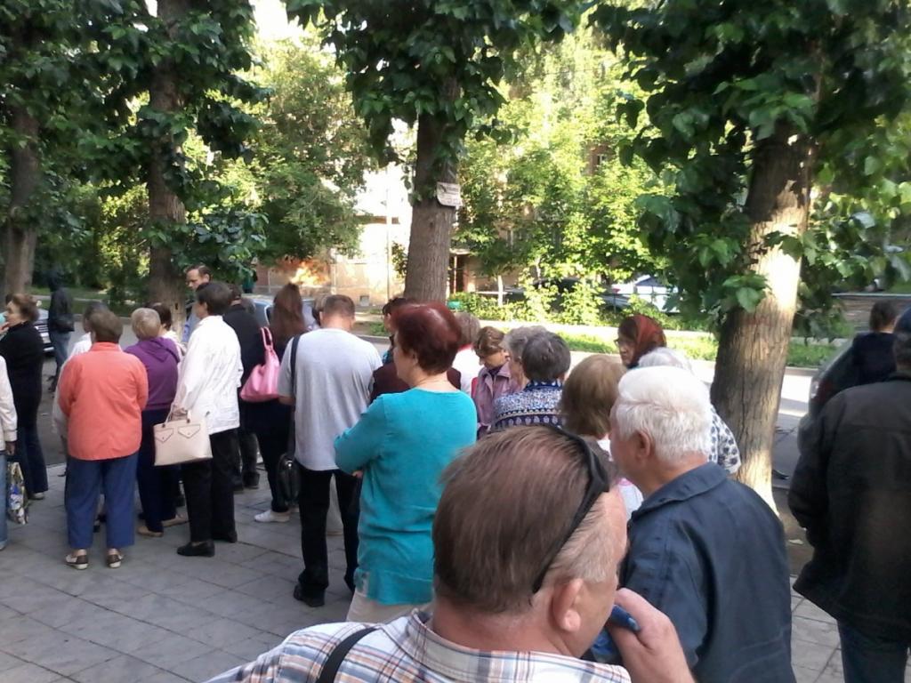 Жители Ленинского района Новосибирска пожаловались на огромную очередь к врачам поликлиники №16 — людям приходится даже стоять на улице, чтобы взять талон. В самой поликлинике говорят, что всё дело — в дефиците узких специалистов.