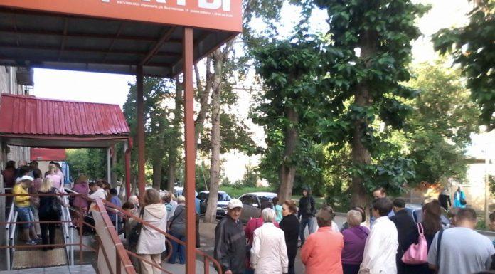"""Катастрофа в больнице Новосибирска: гигансткая очередь к врачу """"выползла на улицу"""""""