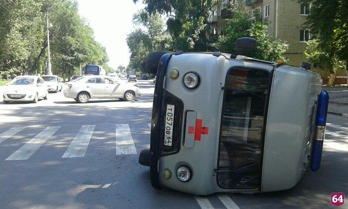 22 июля на улице Крымской в Заводском районе автомобиль скорой помощи перевернулся в результате ДТП, передаёт FreeNews-Volga. По предварительной информации, автомобиль УАЗ «скорой помощи» перевернулся после столкновения с Chevrolet Cobalt.