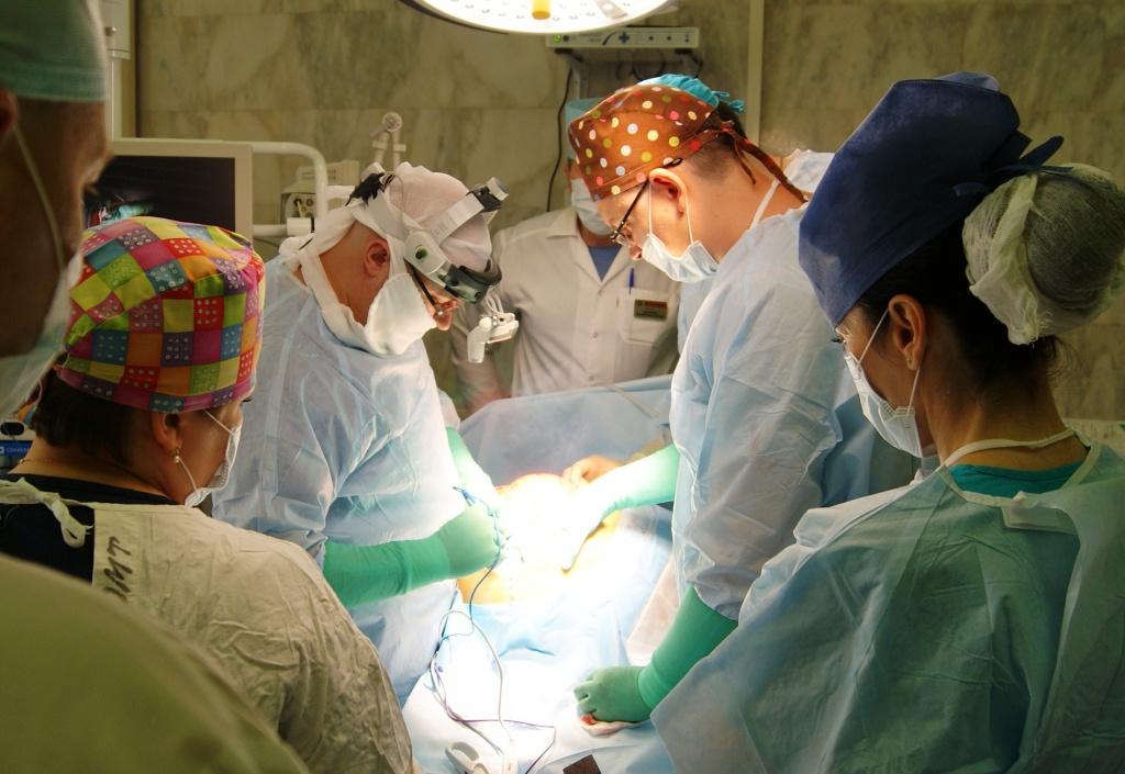 Хирурги Ростовского научно-исследовательского онкологического института (РНИОИ) удалили жителю Ростовской области гигантскую опухоль весом 37 килограммов. Увеличение живота в объеме пациент заметил 3 года назад, но не стал обращаться к врачу. Новообразование постепенно увеличивалось, пока не достигло гигантских размеров – примерно 60х60 см, вес больного вырос на треть. Пациент чувствовал себя нормально, с питанием проблем не возникало, однако он с трудом мог лежать на спине. Спустя 3 года больной обратился к врачу, который диагностировал забрюшинную опухоль.