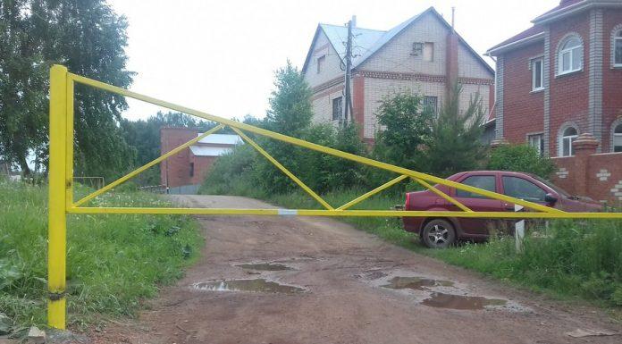 СМИ: Вкопейском поселке жители перекрыли скорой помощи дорогу шлагбаумами