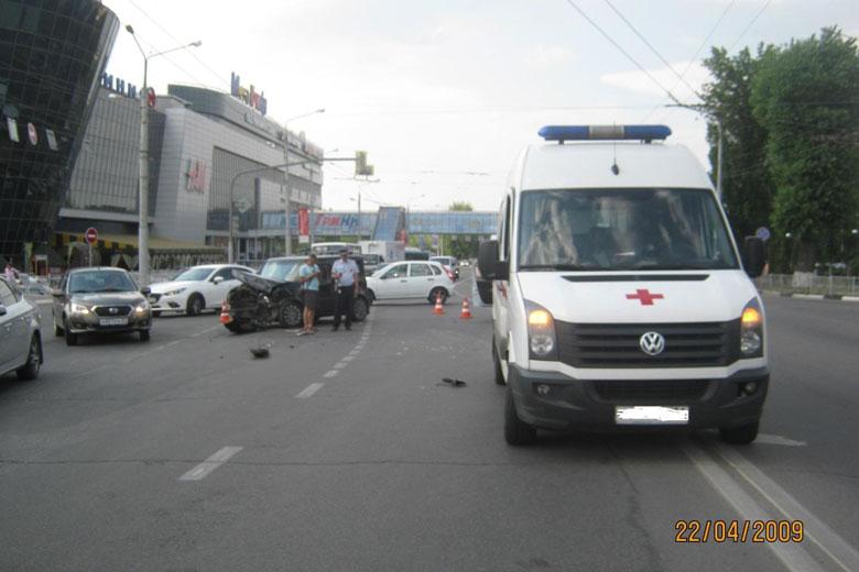 В Белгороде водитель «Ниссана» протаранил скорую: пострадала фельдшер