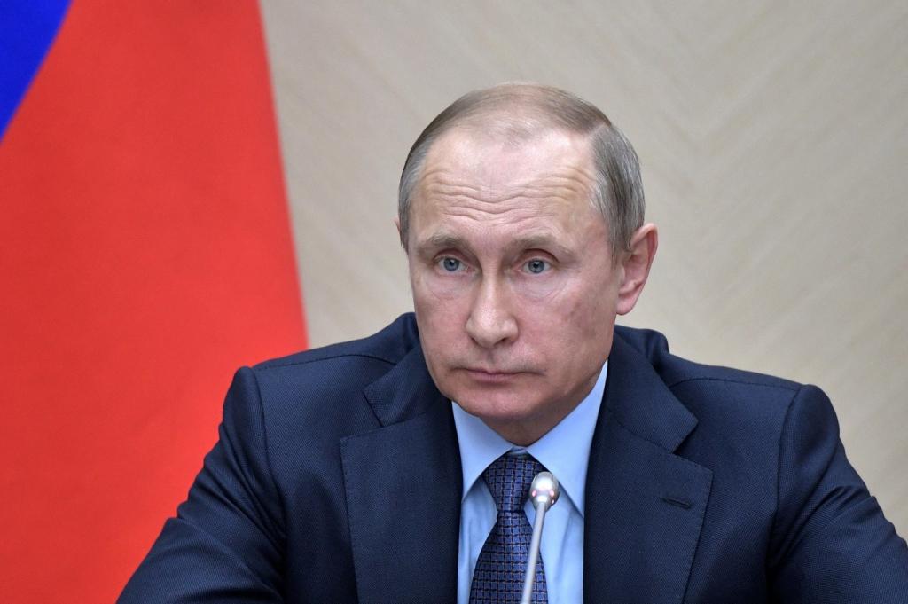Путин призвал избавить врачей от лишней бумажной работы