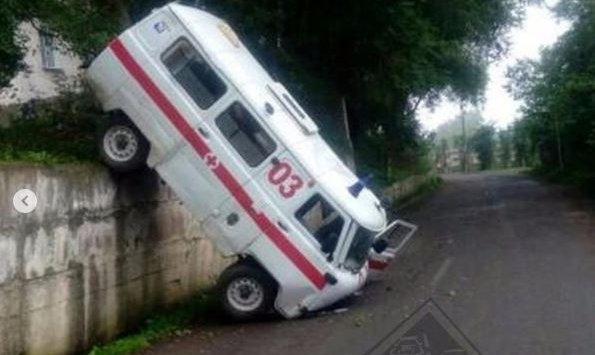 Воскресное утро в Приморье началось с ДТП сразу трех машин скорой помощи, передаёт Приморье24. Так, ДТП с участием двух автомобилей скорой помощи произошло прямо на территории больницы во Врангеле. Водитель одной из машин совершая маневр зацепил рядом стоящую машину.