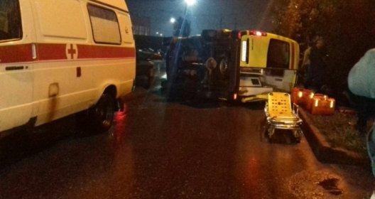 24 августа поздно вечером в Новосибирске произошло серьезное дорожно-транспортное происшествие с участием спецавтомобиля скорой медицинской помощи, который перевернулся на скользкой дороге на бок и в результате пострадали три человека, передаёт rostovdrive.ru. Как предварительно установлено в ходе проводимой по данному факту проверки, ДТП произошло накануне, примерно в 23 часа в Первомайском районе областного центра на проезжей части улицы Первомайской.