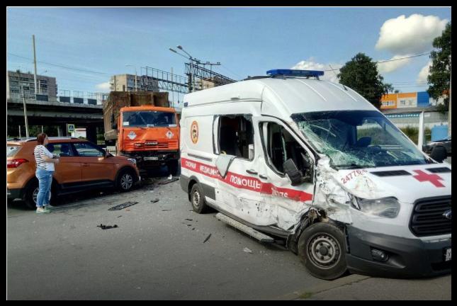 Скорая и КамАЗ столкнулись под мостом в Петербурге