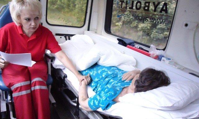 Фельдшер скорой с пациентом