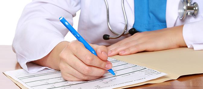 врач заполняет бумажки