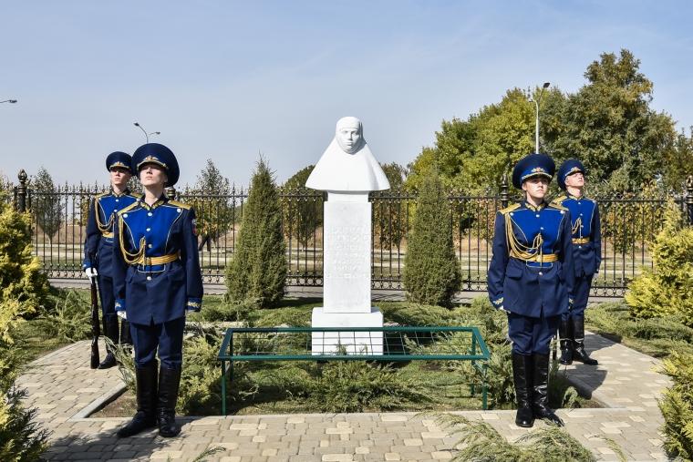 Памятник фронтовой медсестре «российской Жанне д'Арк» открыли на Ставрополье