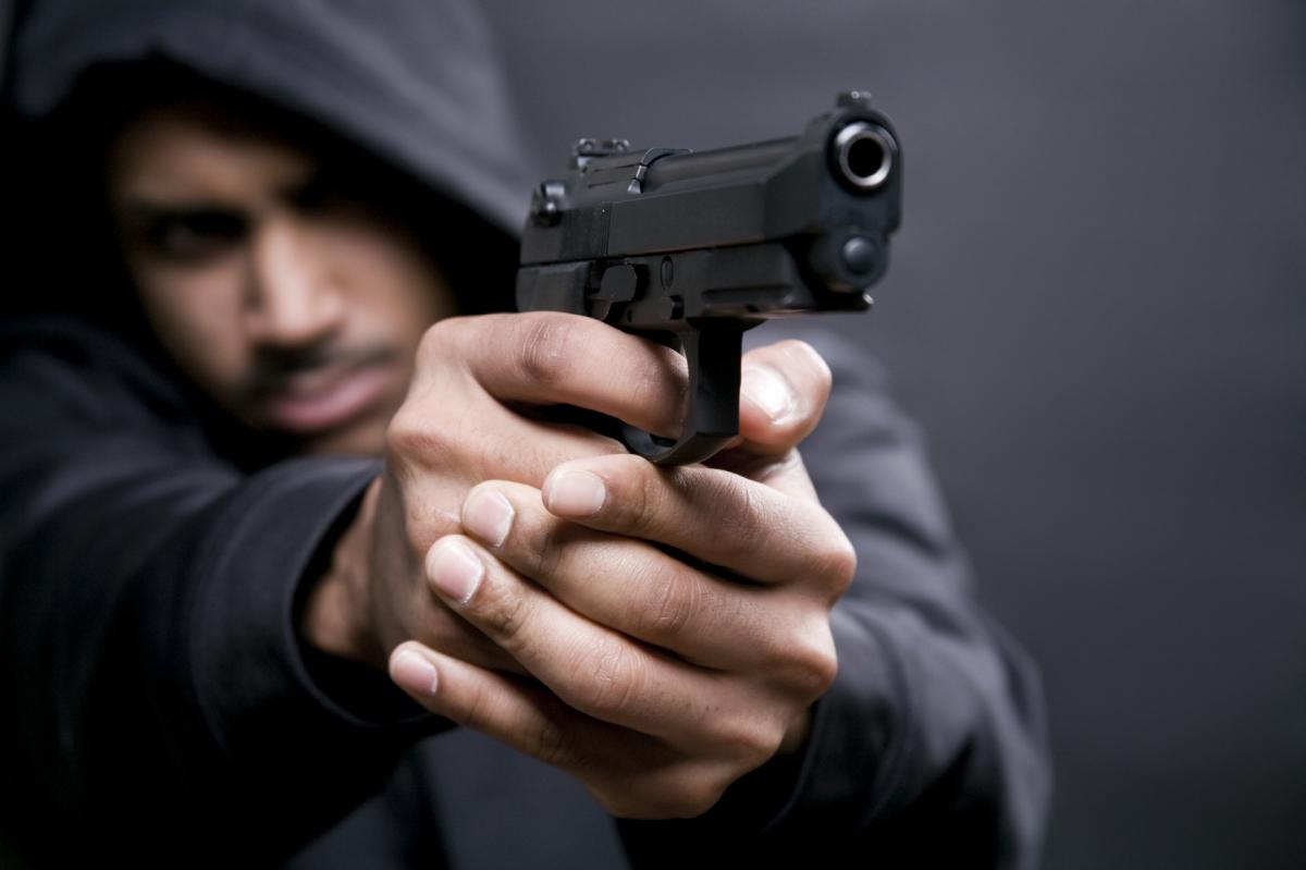 На Алтае мужчина пистолетом угрожал фельдшеру скорой