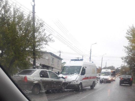 В Волгограде столкнулись карета «Скорой» и «Рено Логан»