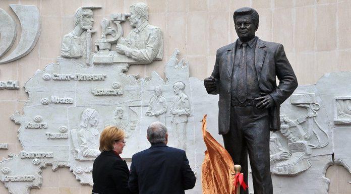 Памятник офтальмологу Святославу Федорову открыли в Москве