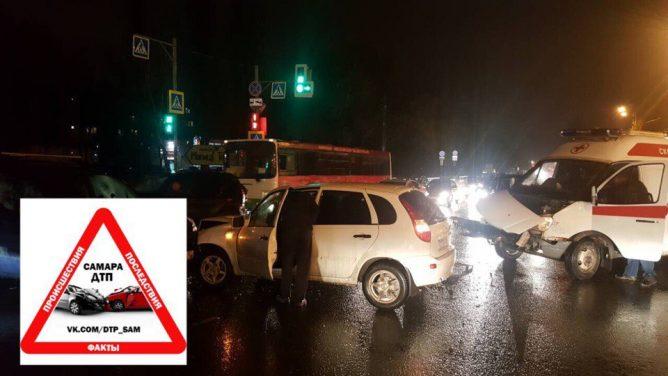 В Самаре вечером 29 октября произошло ДТП с участием автомобиля скорой помощи и LADA Kalina. Об этом сообщили очевидцы в сообществе «ДТП Самара» во Вконтакте.