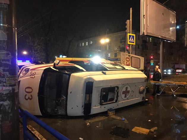 В Самаре легковушка опрокинула машину скорой помощи с пациентом