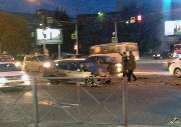 Седан протаранил машину скорой помощи на перекрестке в Новосибирске