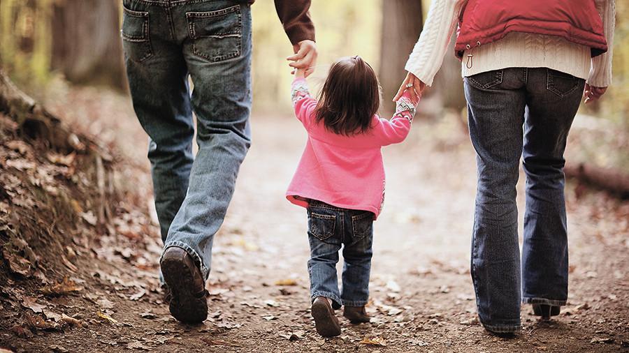 ВИЧ-инфицированным разрешат усыновлять детей
